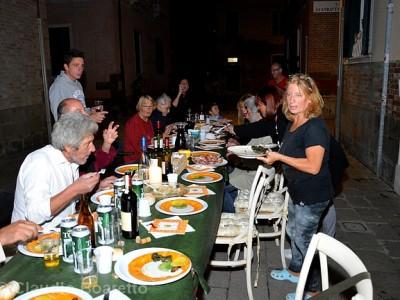UN DINER DANS LE QUARTIER POPULAIRE DE CASTELLO A VENISE